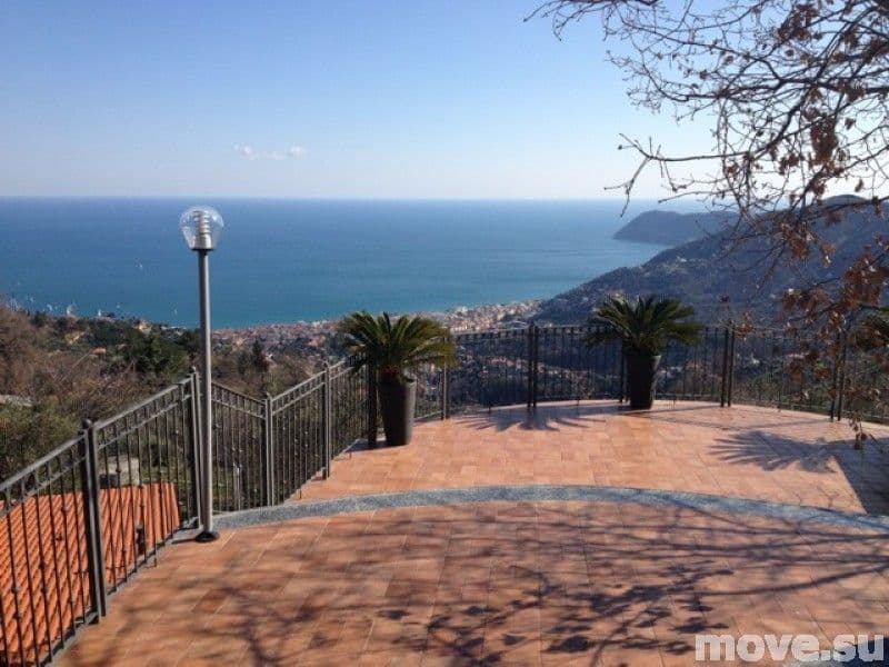 House in Alassio, on the beach to buy